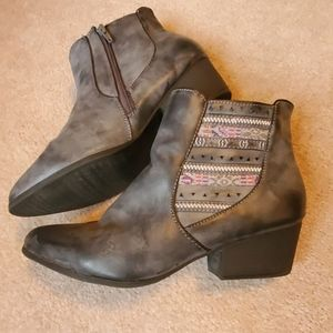 Maurice's grey ankle boots size 11 side zip